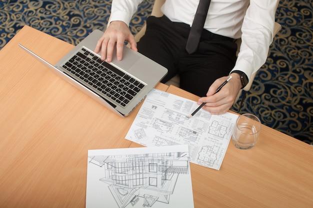 Архитектор работает с рисунком