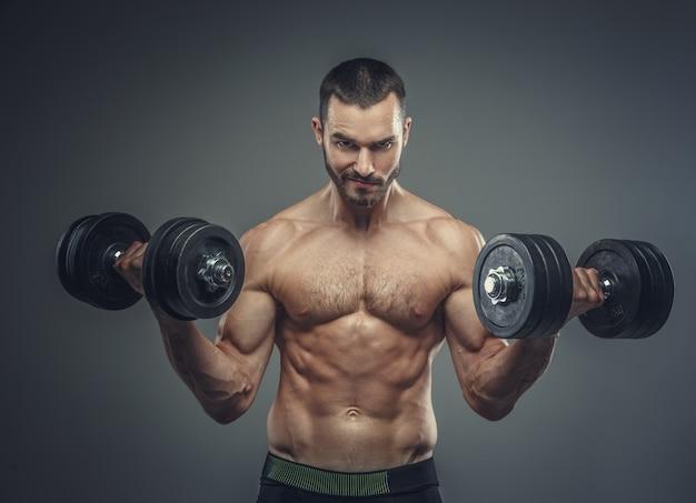 ダンベルで上腕二頭筋運動をしている男性