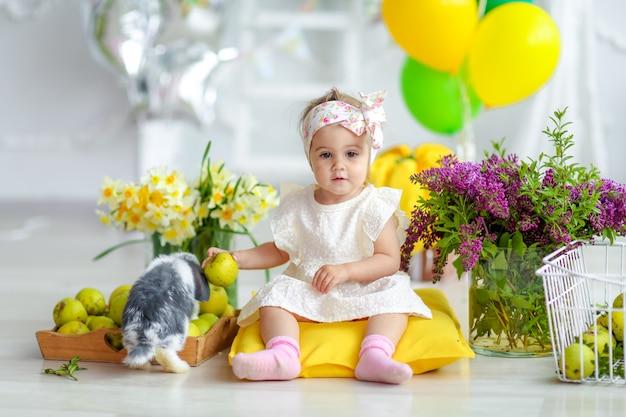 家庭的な美しいインテリアで少女の誕生日
