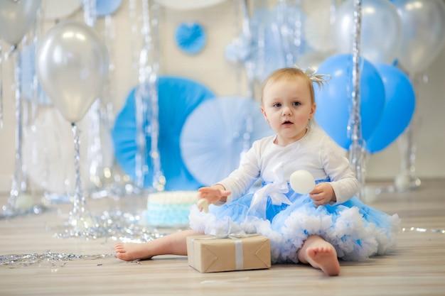 風船と青の風景で遊ぶ女の子。