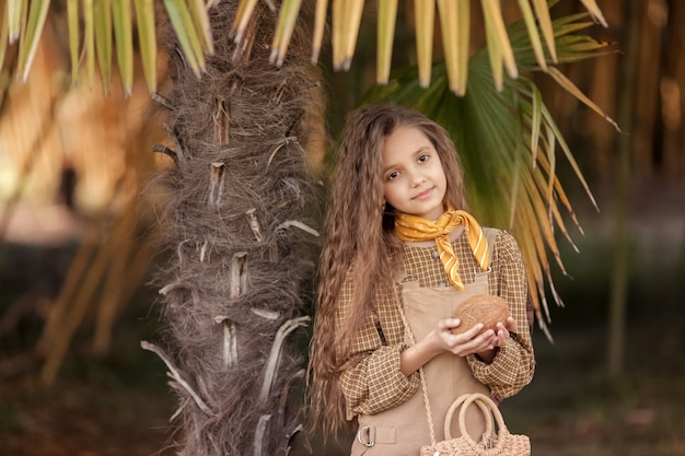 Бразильские девушки пьют кокосовую воду