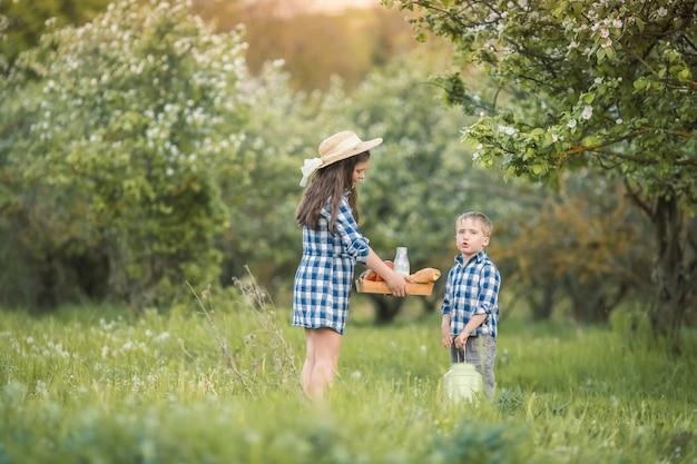 森で遊んでいる笑っている子供の兄と妹