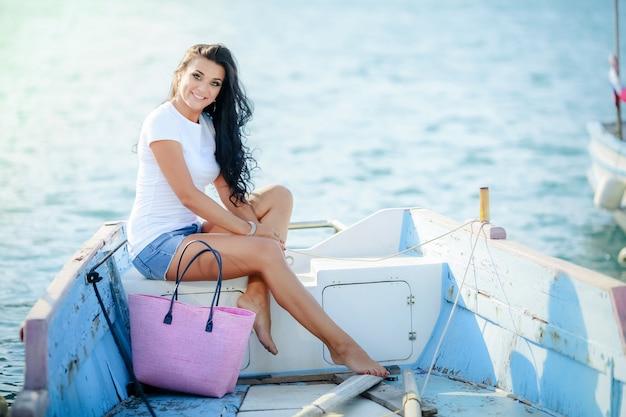 ボートの女性観光客。