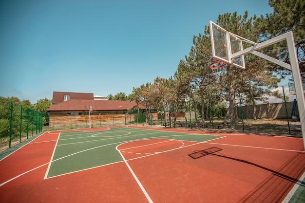 Спортивная баскетбольная площадка под разными углами без людей