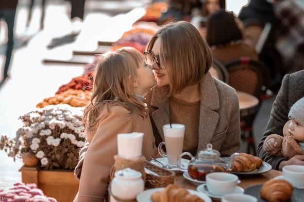 Семья из четырех человек во время отдыха в европе в обеденное время.