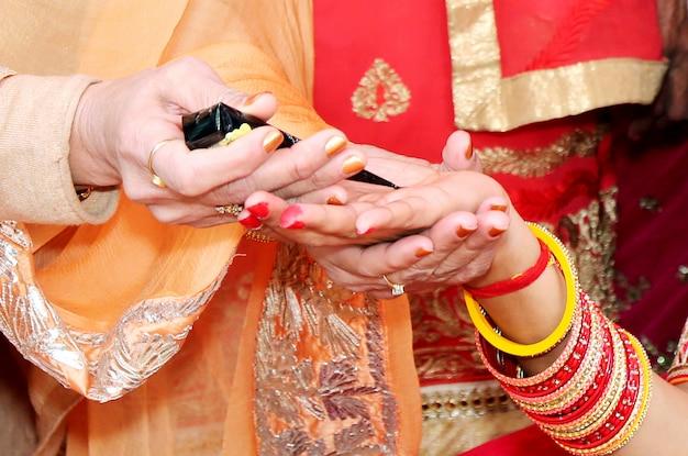 インドの結婚式の花嫁はヘンナを適用している