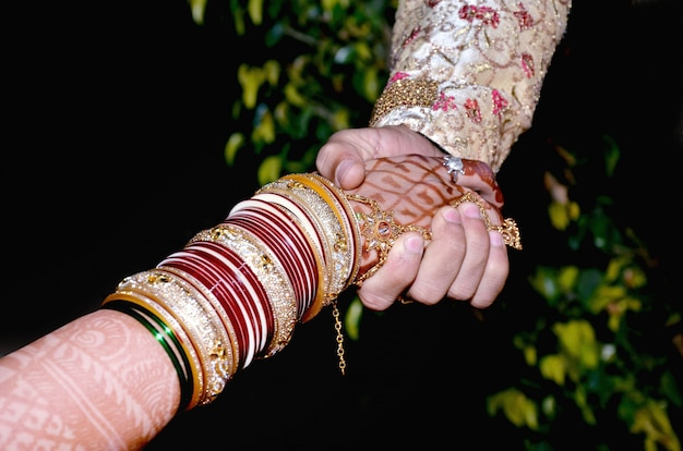 花嫁と花婿の手 'インドの結婚式で一緒に