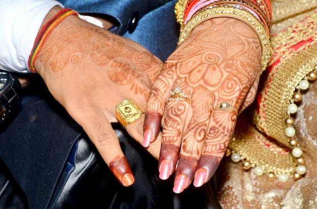 インドのカップルは婚約指輪を示しています