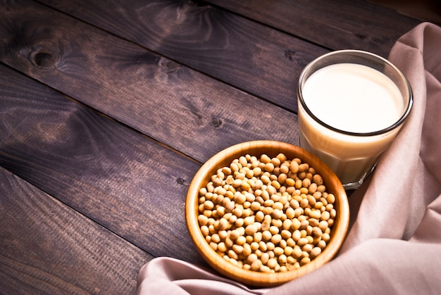 Соевое молоко и бобы