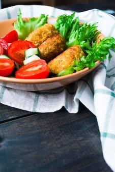 揚げヒヨコマメのファラフェルと新鮮野菜のサラダ
