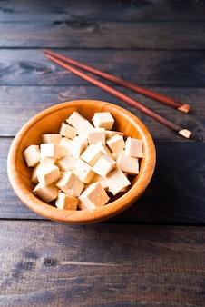 Кубики сырого тофу