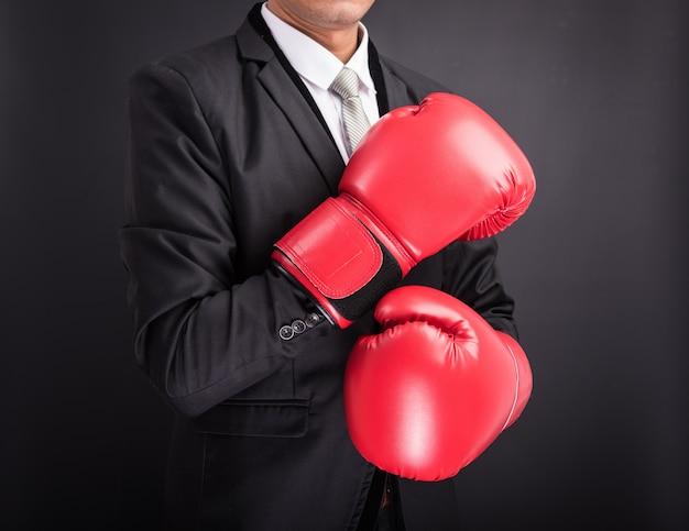 赤いボクシンググローブを持ったビジネスマン