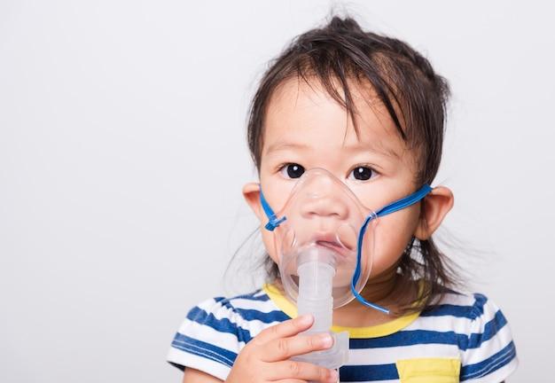 ネブライザーマスクを使用して病気の小さな女の赤ちゃん
