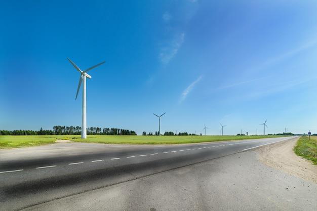 牧草地の風力発電機