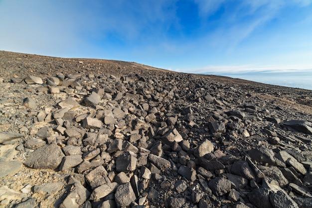 青空の下で石の砂漠