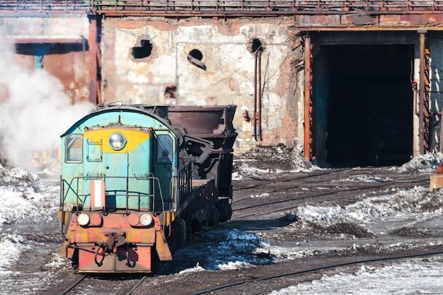 機関車は溶融金属のボウルを運ぶ