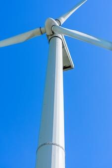 Ветрогенератор с голубым небом