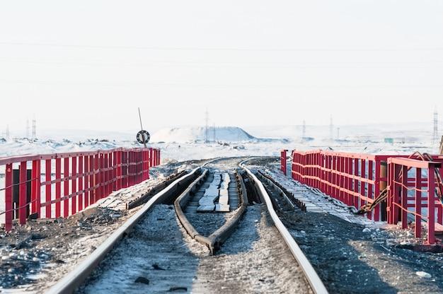 Железнодорожный мост и деформация железнодорожного пути, построенного на вечной мерзлоте.
