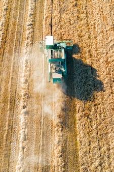 上から撮影、コンバインハーベスターは麦畑で動作します。