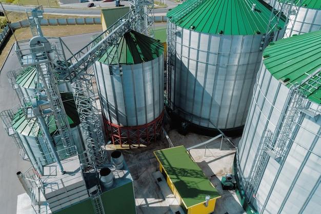 穀倉のサイロ。小麦やその他の穀物の近代的な倉庫。