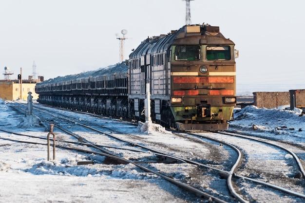 ディーゼル機関車は貨物列車です。