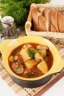 陶磁器の鍋で煮込んだジャガイモ。
