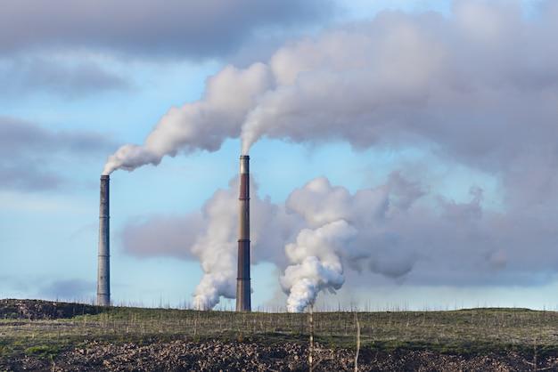工場の煙突から空気中の煙