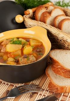 陶磁器の鍋で煮込んだジャガイモ