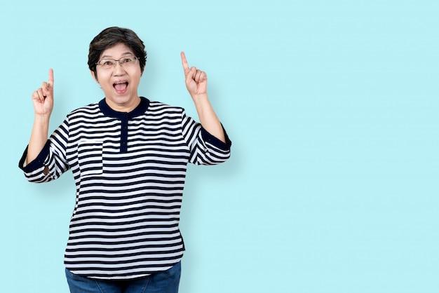 幸せな上級アジア女性ジェスチャーまたは手を指しているの肖像画