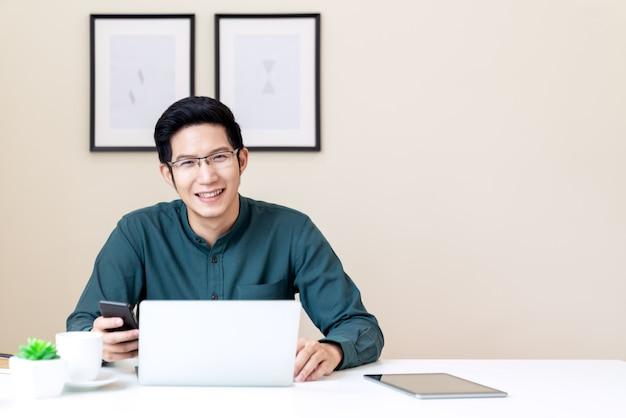 若い魅力的なアジア系のビジネスマンの肖像画