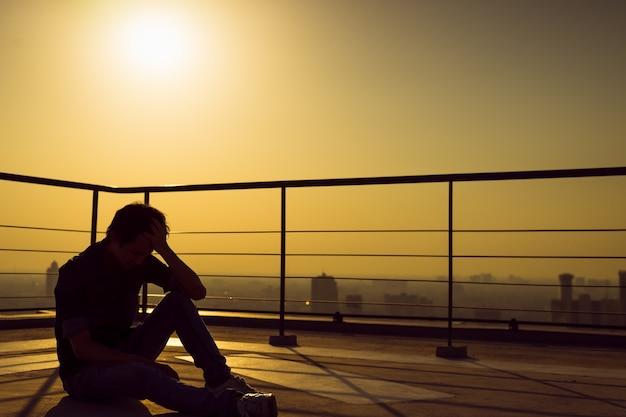 うつ病の男は劇的な感情を持っています。