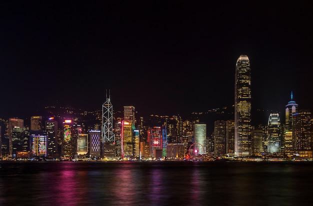 ビクトリアハーバーと香港島の建物の美しい風光明媚な夜景。