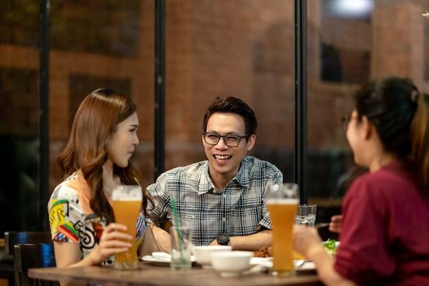 一緒に話すことをぶらぶらしているアジアの友人のグループ