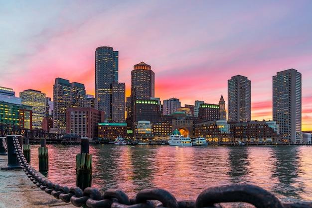 米国マサチューセッツ州ボストンのファンピアパークから幻想的な夕暮れや夕暮れの時間を見たときの日没時のボストンのスカイラインとフォートポイントチャネル。ユナイテッド州のダウンタウンの美しいカラフルなスカイライン。