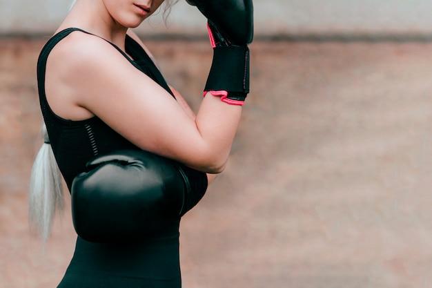 ボクシンググローブと女性ボクサー