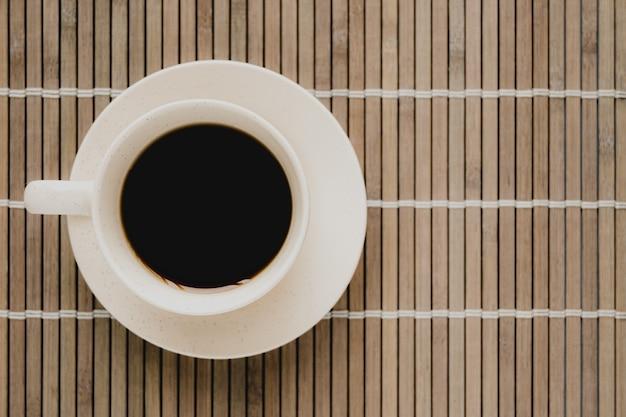 Макрофотография выстрел из чашки кофе на столе