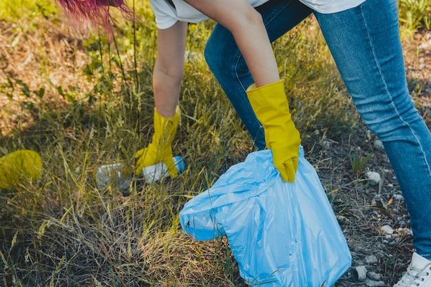 若い女性は夏の森を拾います。