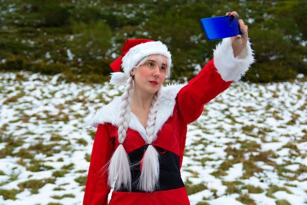 Принимая селфи в костюме миссис клаус на рождество