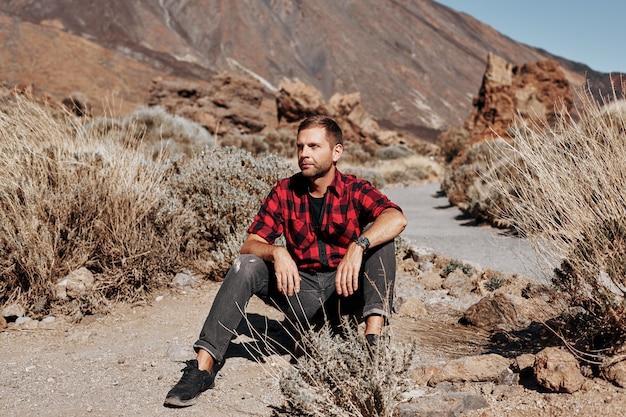 Модный человек в горах.