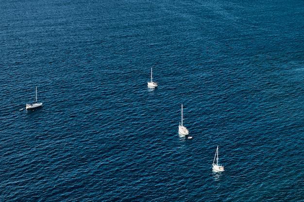夏の日のセーリングヨットの空中写真。休暇。