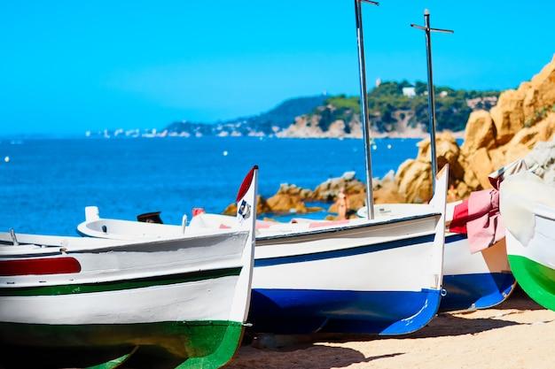 夏の日にビーチで木製ボート。