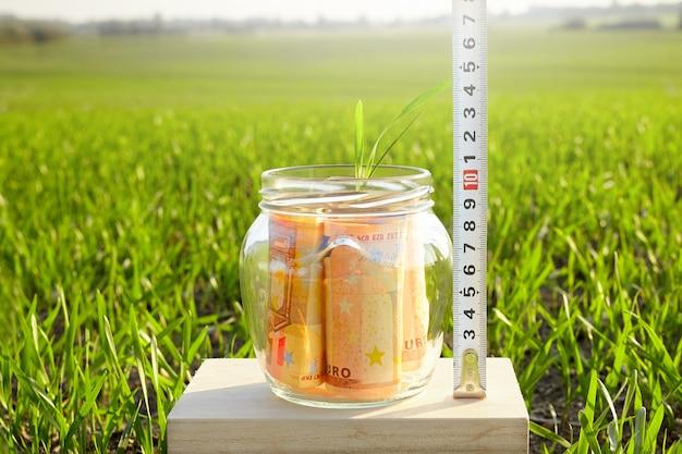 マネーキャピタルの蓄積。ユーロ紙幣の成長。経済的な節約の成長。
