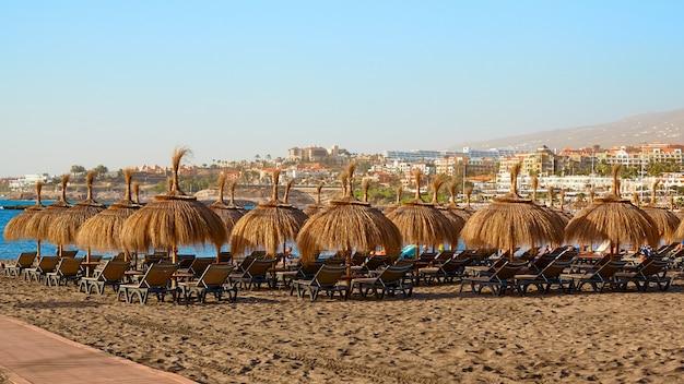Пляж соломенные зонтики на закате пейзаж.