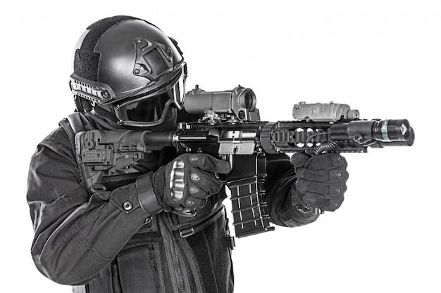 ライフルと警察特殊部隊