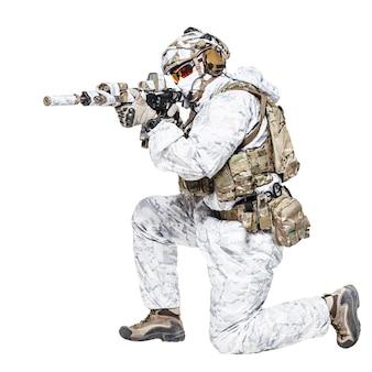 冬の迷彩服の特殊部隊のオペレータ