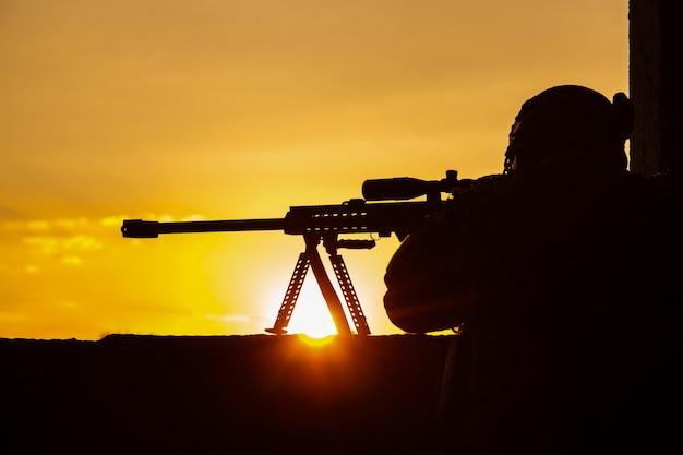 敵を求めている陸軍狙撃兵