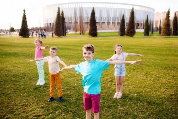 幸せな子供たちは公園を走り、遊んで、楽しんでいます。