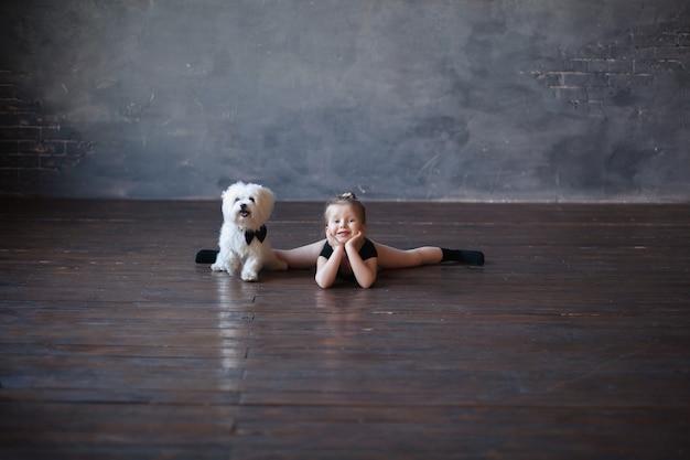 Девушка гимнастка сидит с собакой