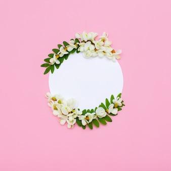 Креативный макет с белыми цветами на светло-розовом