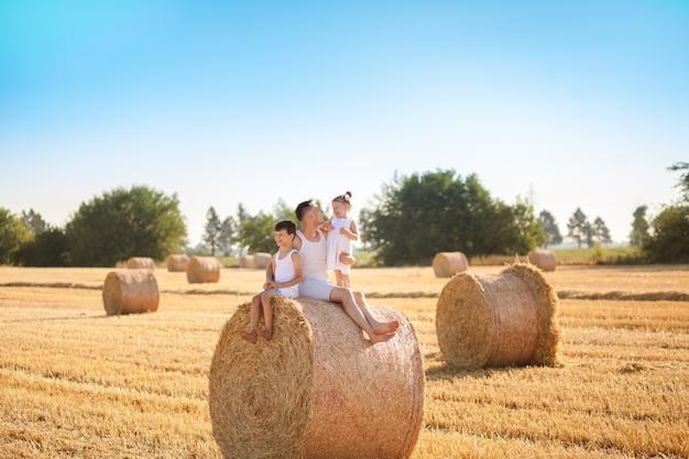 Счастливая семья отца с детьми летом в поле